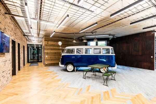 VW Bus als ortstypisches Highlight